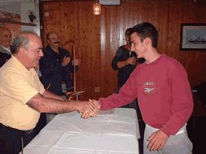 Entregando trofeo a Juan Marcos