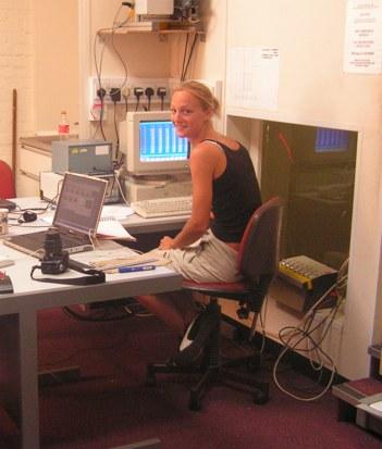 Hanna registrando datos en el  ordenador